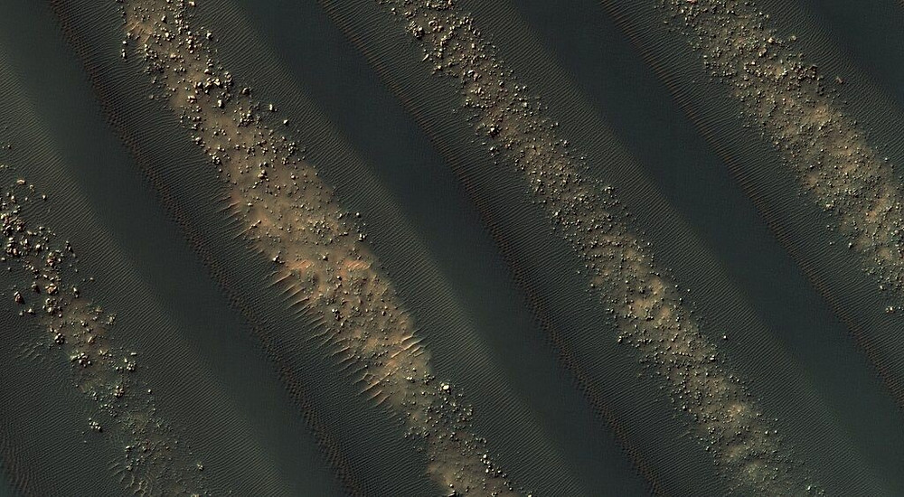 Symmetric dunes on Mars. Credit: NASA / JPL / University of Arizona