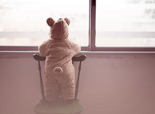 Barn i en Bjørn kostume