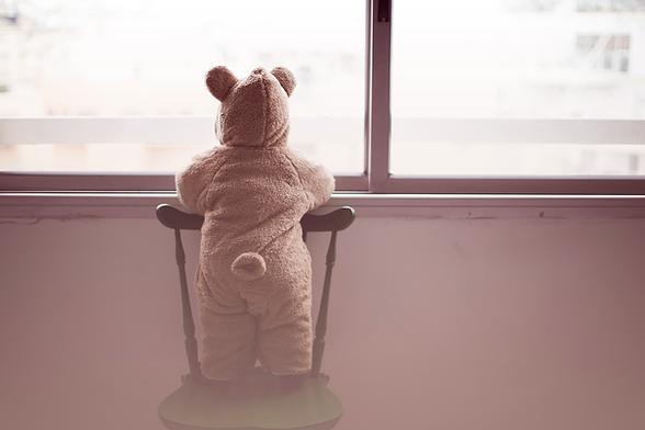 Niño en un traje de oso