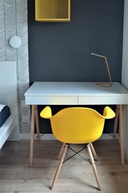 Nieduże biurko w sypialni