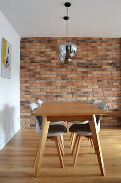Stół na tle ściany z cegieł
