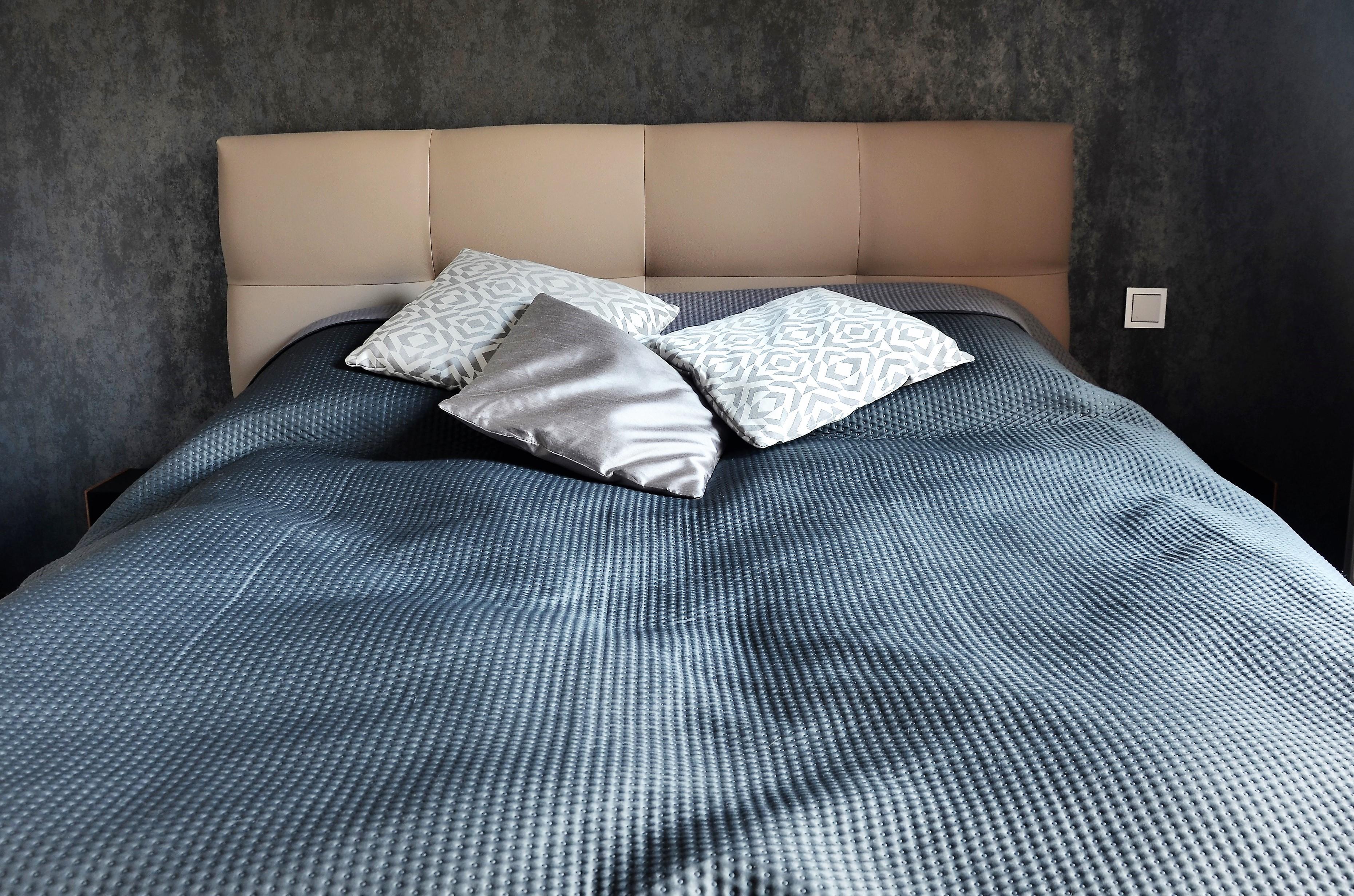 Łóżko w sypialni z zagłówkiem