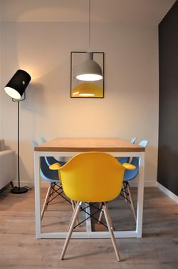 Zdjęcie stołu z krzesłami