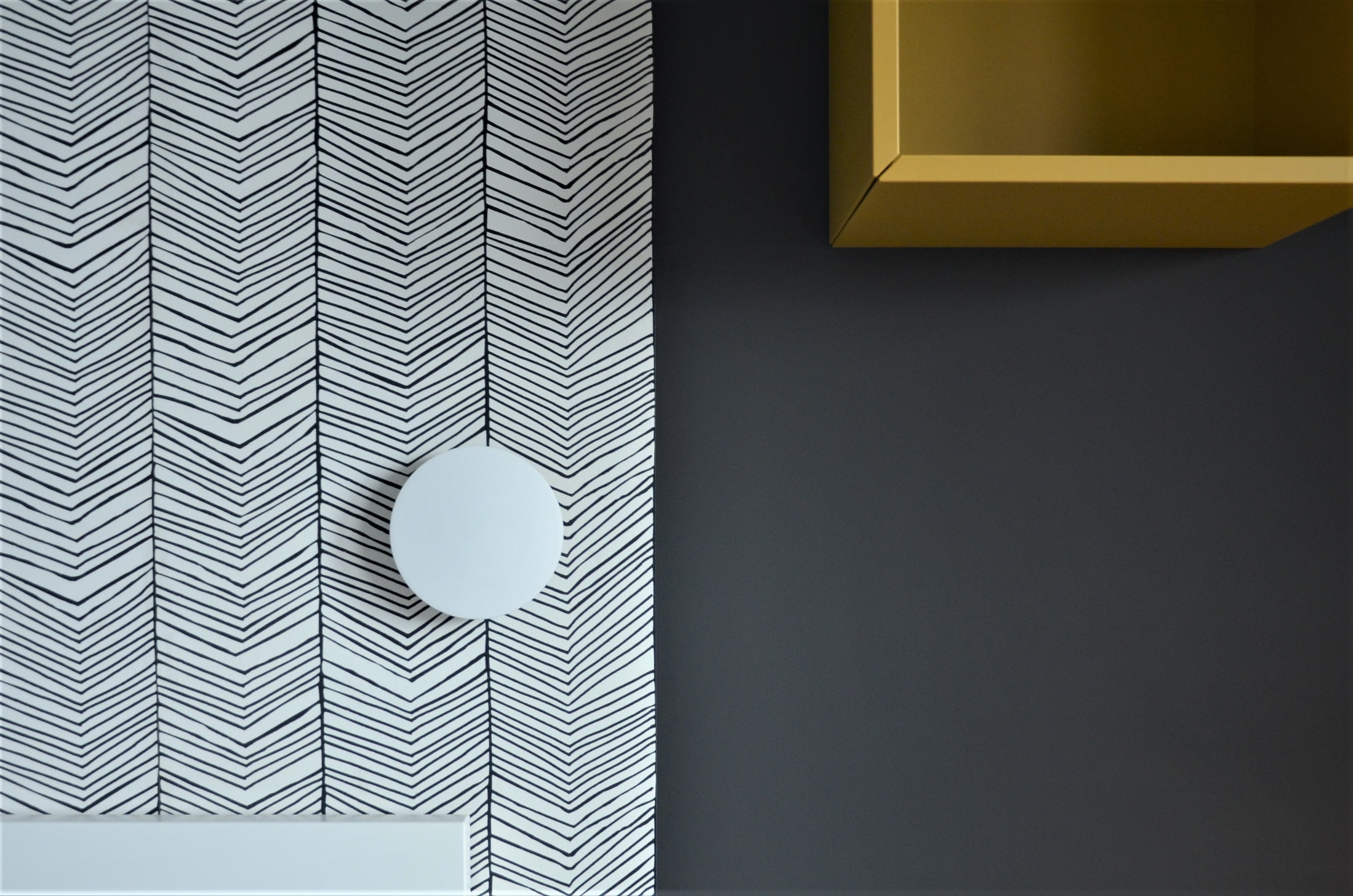Projekt sypialni z tapetą na ścianie