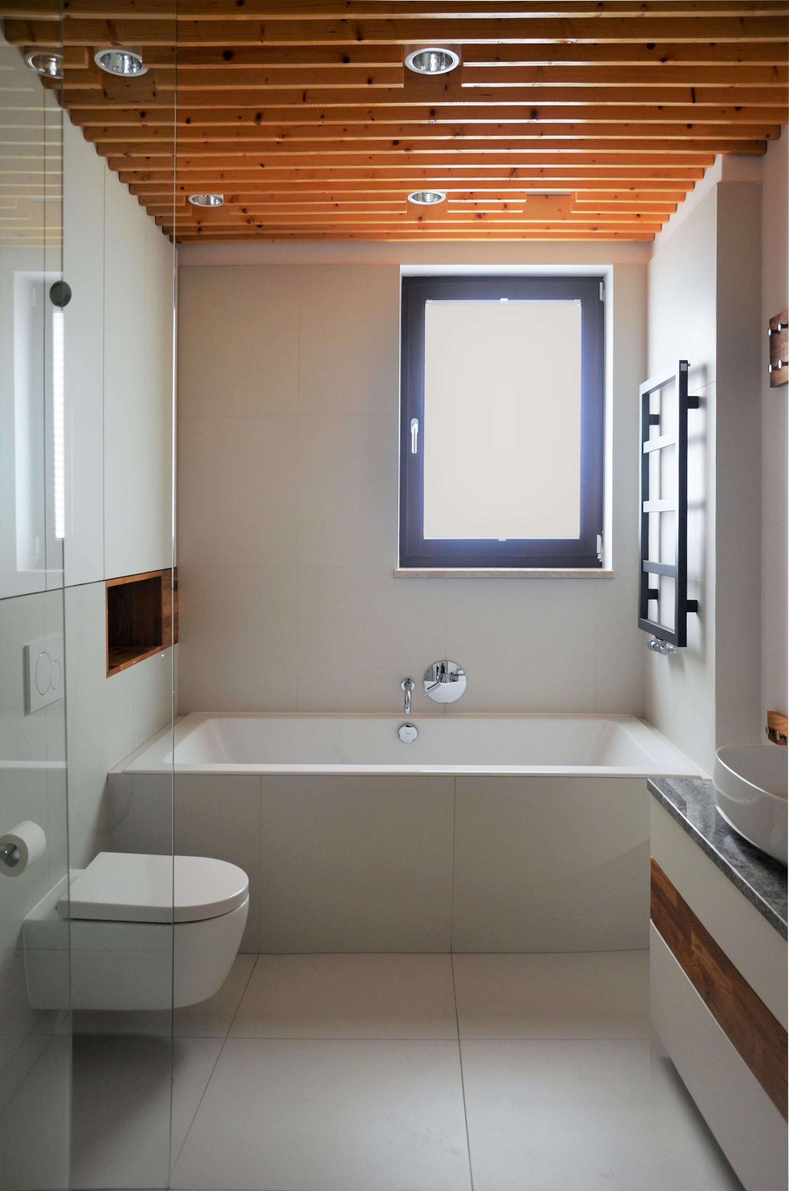 Łazienka z drewnianym sufitem