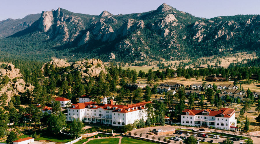 Historic Stanley Hotel in front of mountains
