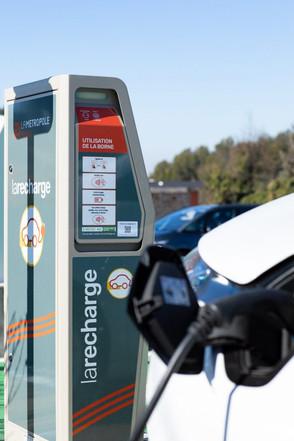 larecharge_borne-electrique-parking.jpg