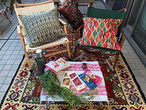 キリムのクッションが置かれた椅子とラグ