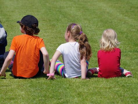 ¿Por qué los niños no deben sentarse en W?