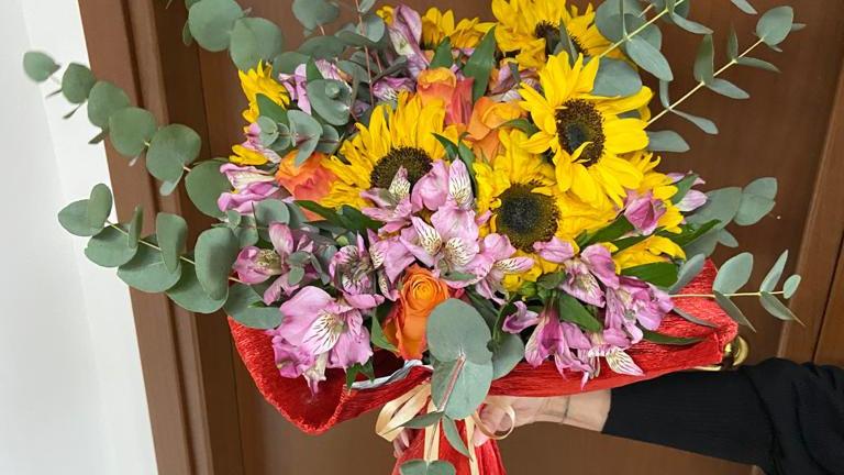 mazzo di fiori misti con girasole