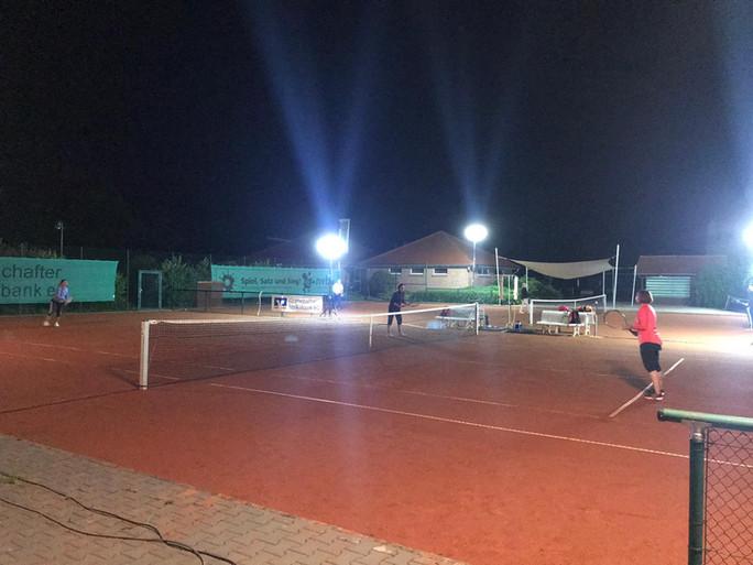 Tennis zweimal rund um die Uhr