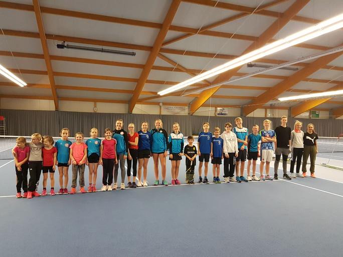 Jugend übernachtet in der Tennishalle