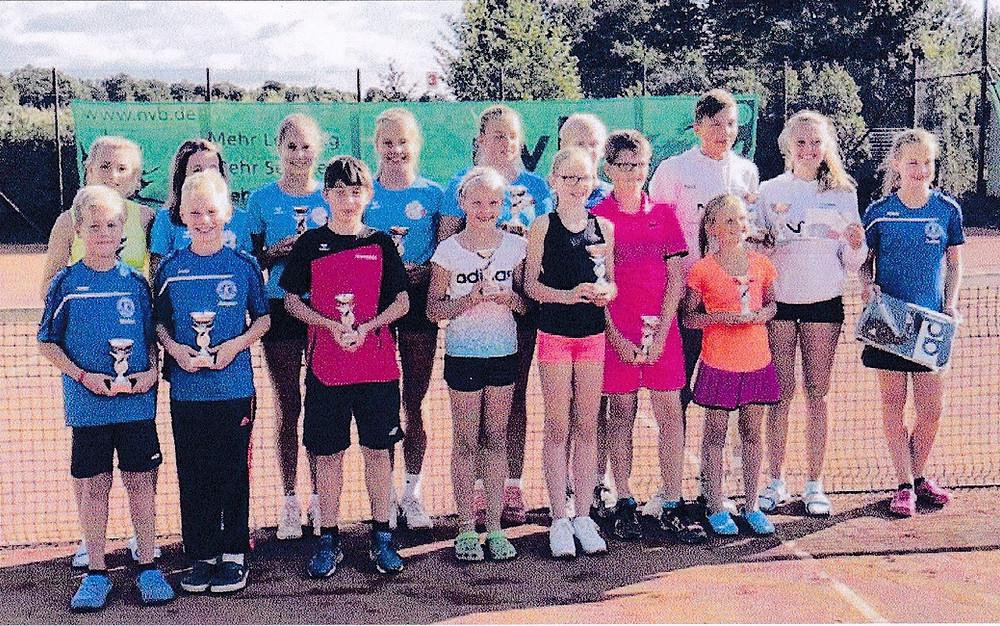 Die erstplatzierten Spielerinnen und Spieler der 13. Bekuplast-Junior-Open mit ihren Pokalen. Foto: privat