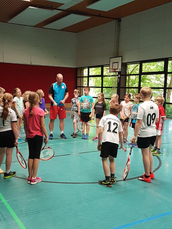 Tennisverein besucht Grundschule