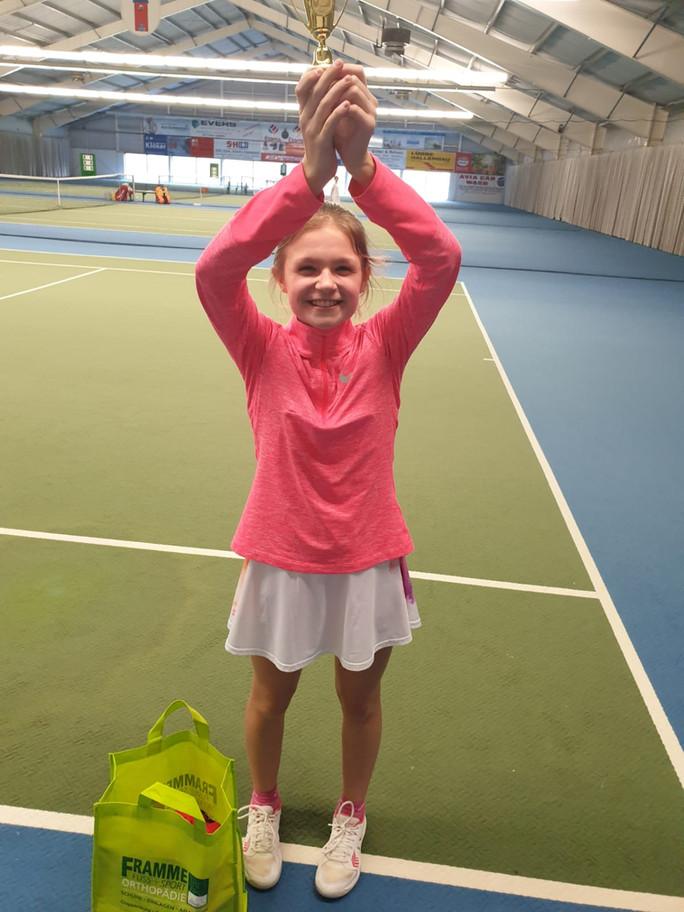 Leonie Bisschop gewinnt ihr erstes U 12-Tennisturnier