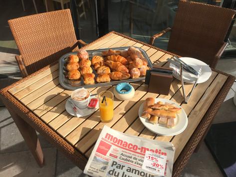 Petit déjeuner et journal au soleil