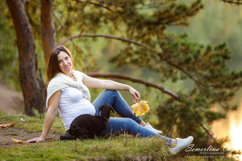 беременная девушка с собакой