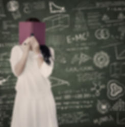 תלמידה מסתירה את פניה בספר