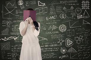 Student Hinter den Büchern