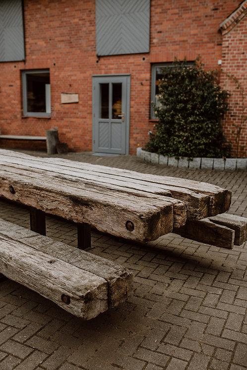 Tisch und Bänke aus alten Baggermatten