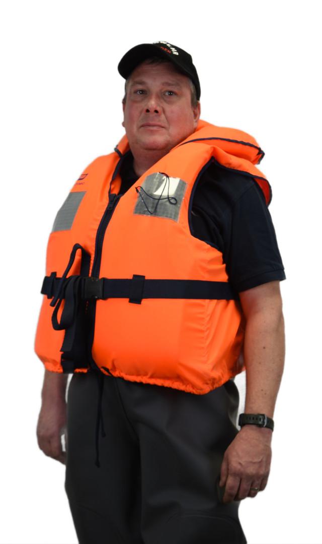 Feuerwehrmann ausgerüstet mit Wathose und Schwimmweste