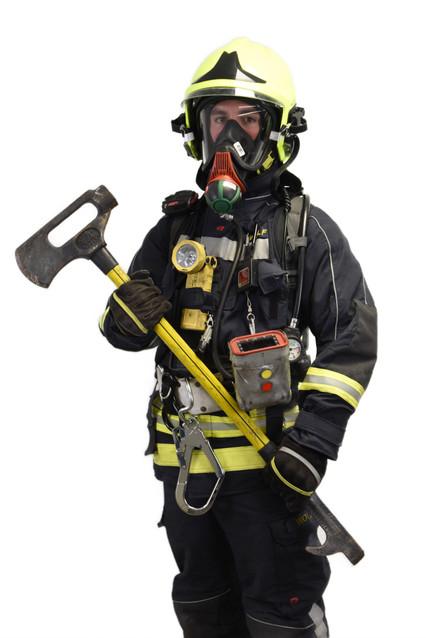 Feuerwehrmann ausgerüstet mit einem schweren Atemschutzgerät, TNT-Tool und einer Wärmebildkamera