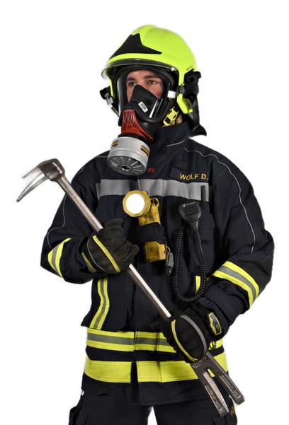 Feuerwehrmann mit einem leichten Atemschutz und Haligantool ausgerüstet