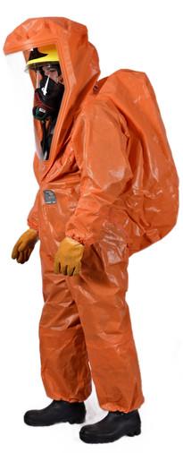 Feuerwehrmann mit schwerem Atemschutz in einem Schutzstufe 2 Anzug