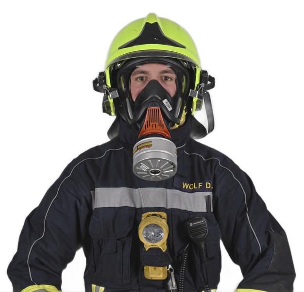 Feuerwehrmann mit einem leichten Ateschutz ausgerüstet