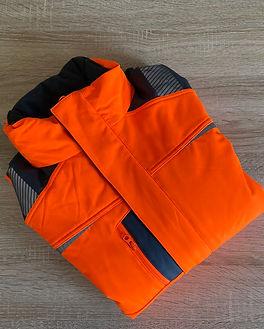 Tee-shirts et vestes sur bureau (20).JPG