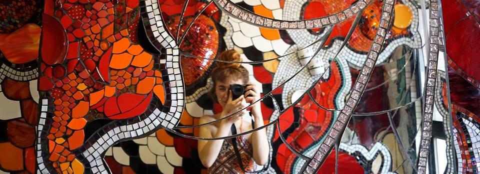 Dominique en el Taller de Mosaico Urugua