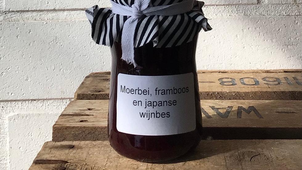 Confituur van moerbei, framboos en Japanse wijnbes.