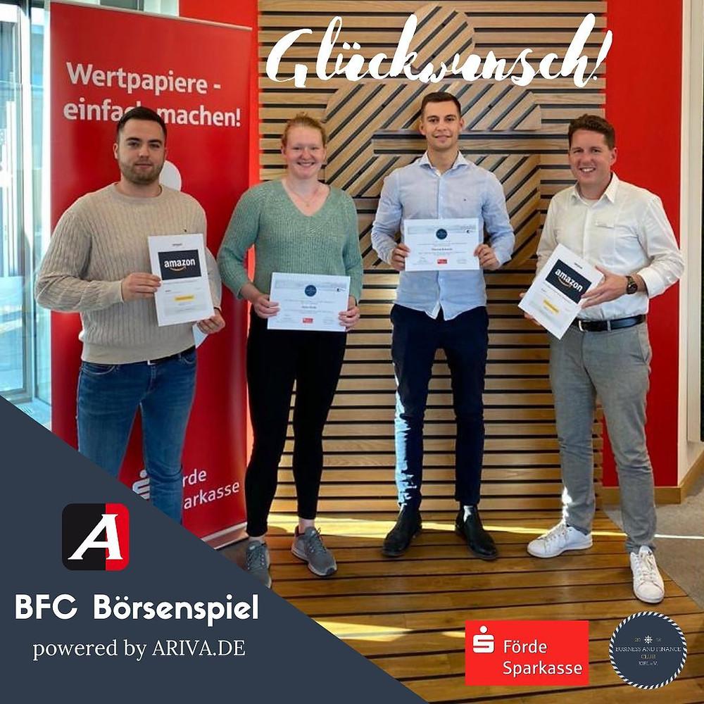 Vorstandsvorsitzender André Broders überreicht gemeinsam mit Marc Bornholdt den Siegern des Kieler Börsenspiels die Preise.
