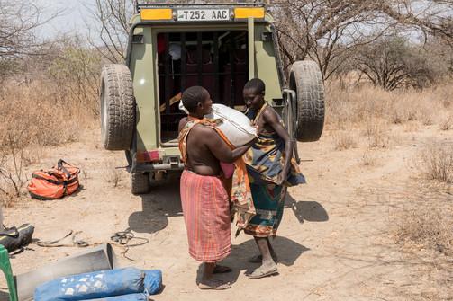 Женщины с удовольствием берут продукты, которые мы им привезли.