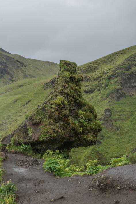 Исландия. Два гнома наблюдают за водопадом.