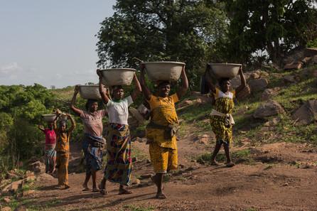 Каждый день женщины поднимают воду в деревню