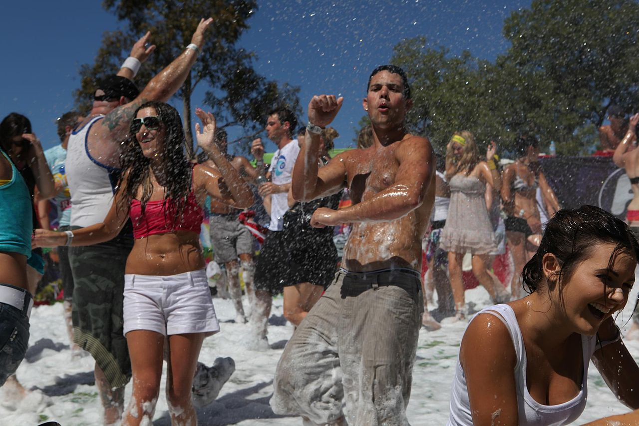 1280px-People_at_a_foam_party