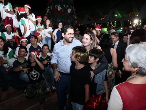 Priscilla Tejota entrega brinquedos da campanha Natal do Bem