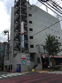 最初の信号右前のビルです。