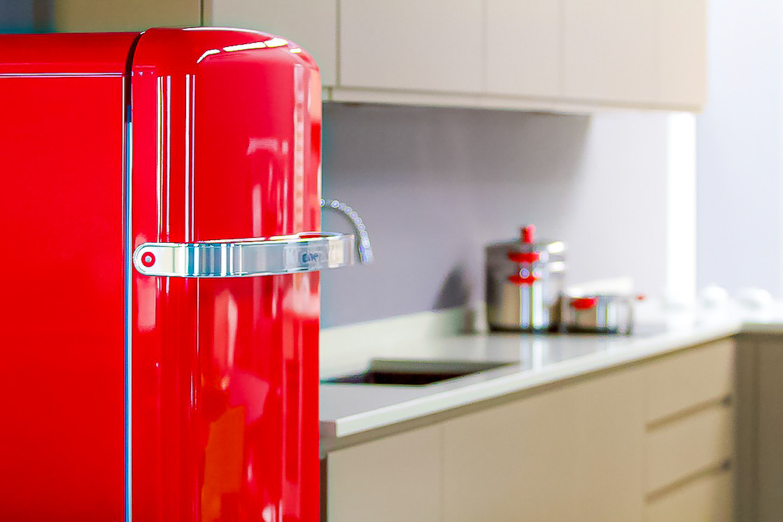 Frigo rosso e pentole rosse per un tocco di colore nella nostra cucina