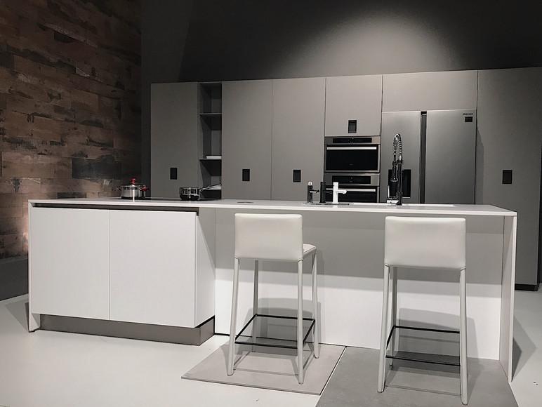 Cucina Arrital moderna dai toni bianchi e grigi