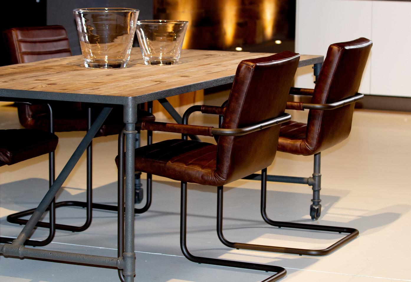 Tavolo e sedie della linea Dialma Brown