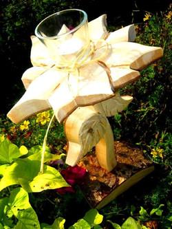 Blume aus Holz mit Teelich