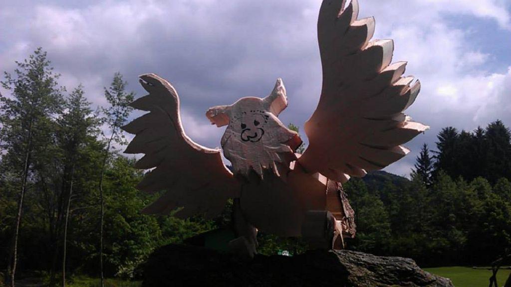 Eule gespreizten Flügeln aus Holz