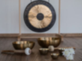 six singing bowls with gong in the backg