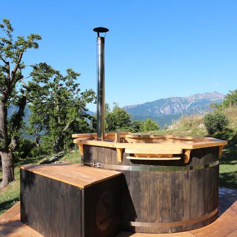 La tinozza Hot Tub con acqua riscaldata a legna