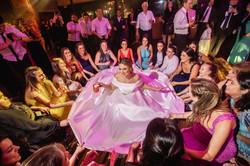 Noiva, madrinhas e convidados curtindo muito a pista de dança e este momemnto mágico!! Mairiporã- SP