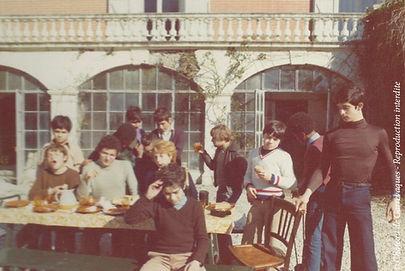 Groupe d'adolescents face au château de Garrevaques durant les années 1970, dont la plupart avait fui leur pays en guerre.