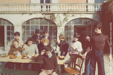 Gathering of teenagers in front of the château de Garrevaques during the 1970s. Most of them ran away countries at war.
