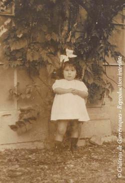 2 - Enfant debout avec le gros noeud